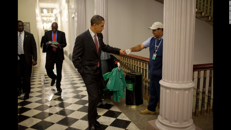 Barack Obama saluda a un trabajador en la Casa Blanca.
